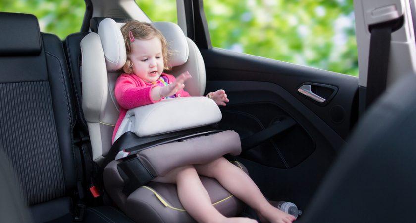 Seggiolini in auto: ecco come cambia la normativa.