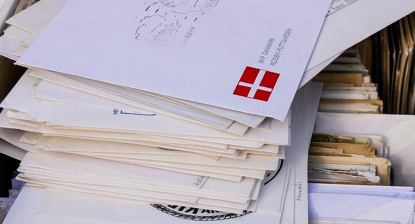 Buste in carta kraft, pacchi e colli: normative per la spedizione